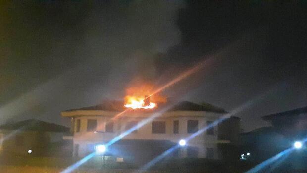 Sakarya'da sitenin çatısında çıkan yangın korkuttu