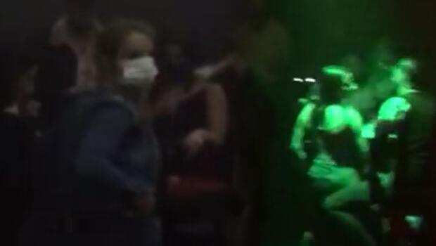 Beyoğlu'nda gece kulübüne baskın! Polisi gören maskeyi taktı...