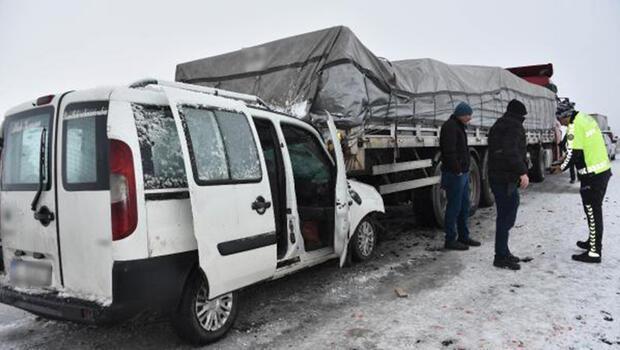 Siverek'te hafif ticari araç, TIR'a arkadan çarptı: 3 yaralı