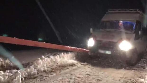 Karlı yolda mahsur kalan yolcu minibüsündeki 8 kişi kurtarıldı