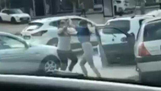 Antalya'da trafikte saç saça baş başa kavga!