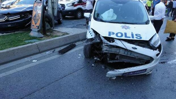 Polis aracı ile otomobil kafa kafaya çarpıştı: 2'si polis, 3 yaralı