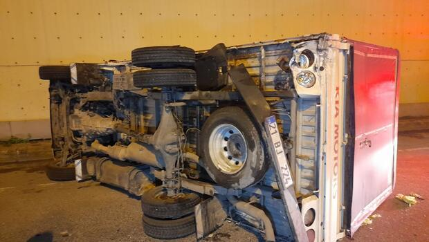 Bayrampaşa TEM Bağlantı yolunda otomobilin çarptığı kamyonet devrildi; 2 yaralı