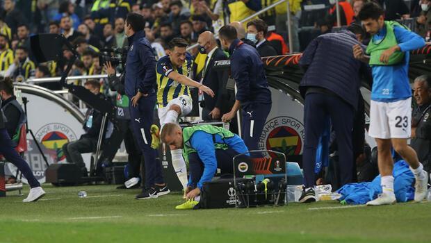 Mesut Özil, Fenerbahçe-Antwerp maçında çılgına döndü! Küfürler savurup şişeleri tekmeledi...