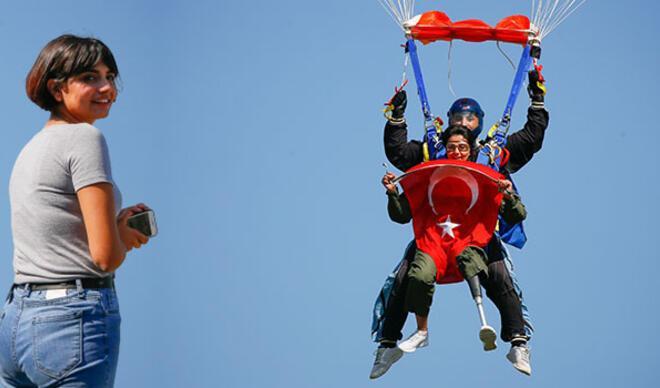 Türkiye'de ilk oldu... Hatice Hemşire 4 bin metreden böyle atladı