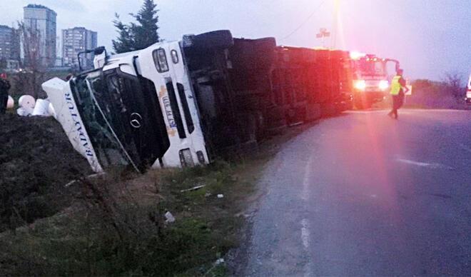 Arnavutköy'de feci ölüm! Virajı alamayan TIR...