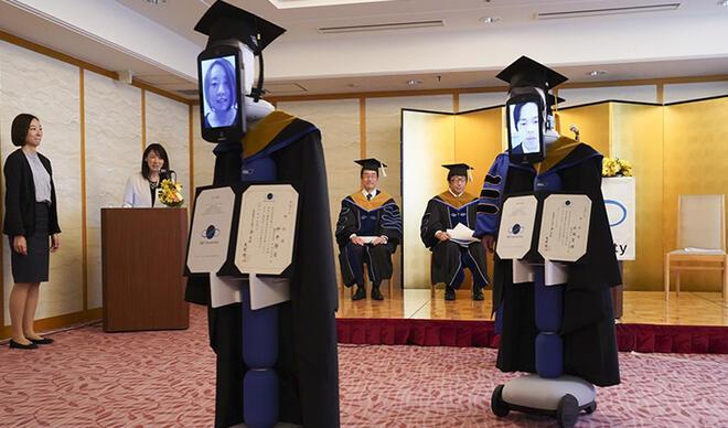 Japon öğrenciler robotlar aracılığıyla mezun oldu