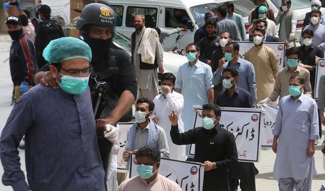 67 doktor gözaltında! Pakistan'da yeni vaka sayısı rekor kırdı