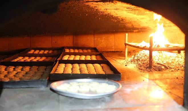 Günde 150 tepsi pişiriliyor! Şehir dışındaki akrabalara gönderiliyor