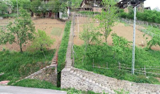 Komşuların inat merdivenleri! Trabzon'da şaşkına çeviren görüntü