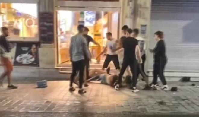 İstiklal Caddesi'nde kadınlar kavga etti... O ise kavgayı ayırmak yerine kadını yumrukladı