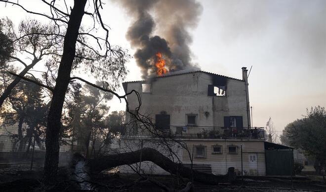 Son dakika... Yunanistan'da yangın: Yerleşim yerlerine ulaştı!