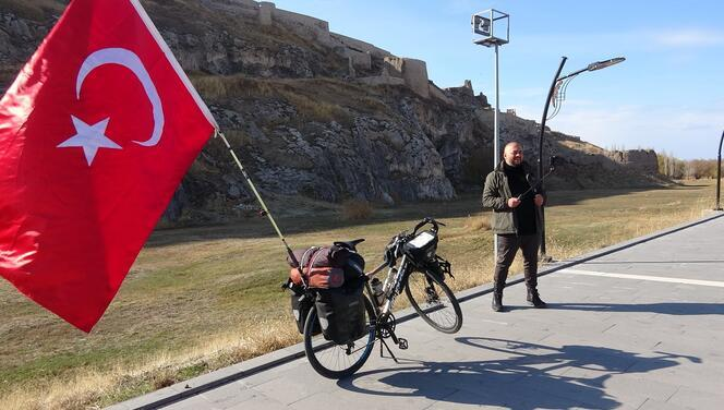Sağlık sorunlarına rağmen yollarda... Türkiye'yi Avrupa ülkelerine tanıtıyor