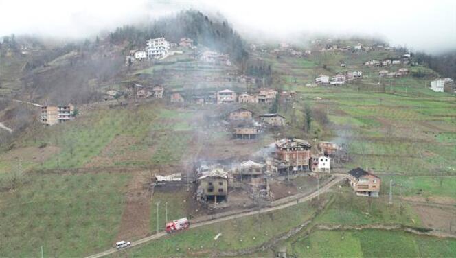 Trabzon'da 7 evin küle döndüğü yangının ardından aileler enkazda eşyalarını aradı