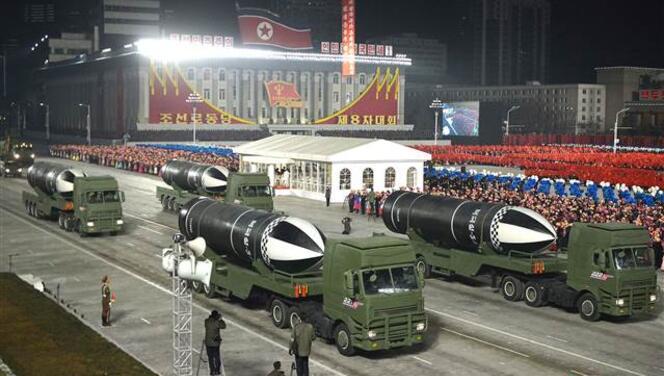 Kuzey Kore'den devasa askeri geçit töreni