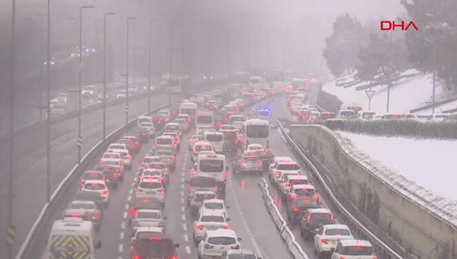 İstanbul'da trafik yoğun! AKOM'dan kar uyarısı geldi