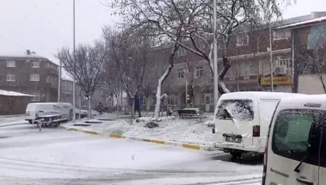 Meteoroloji uyarmıştı! İstanbul için saat verildi... Hasdal'da yön tabelası yola devrildi