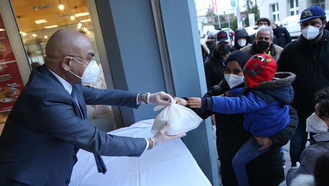 ATİB, ihtiyaç sahiplerine iftar paketi dağıtıyor