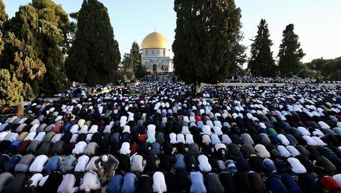 İşgal altında bayram namazı: Yüz binden fazla Müslüman Mescid-i Aksa'da!