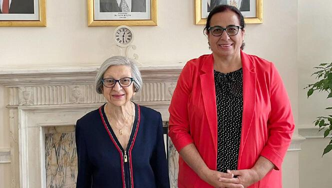 Kıbrıslı Türk kadın profesöre Kraliyet unvanı verildi