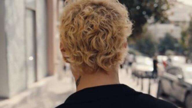 Saçlarını sarıya boyatan Uraz Kaygılaroğlu yeni imajıyla TT oldu