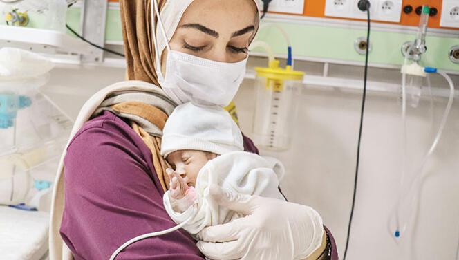 Öksüz kalan parmak bebeği sağlıkçılar bağrına bastı