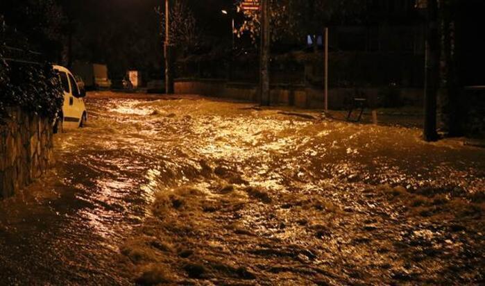 İzmiri yağmur vurdu Araçlar birbirine girdi