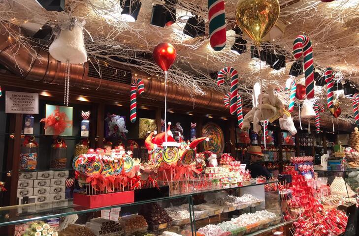 Yeni yıl için süslenen tarihi şekerci Kadıköylülerin gözdesi oldu