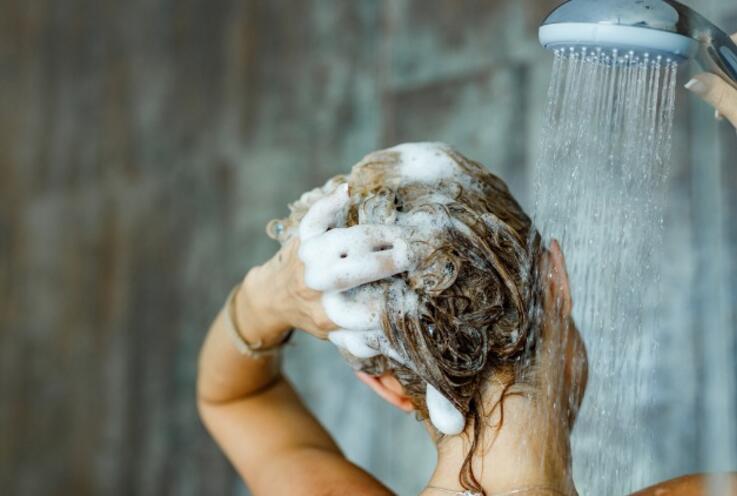Saçınızı bunca zaman yanlış şampuanlamış olabilirsiniz! İşte doğrusu…