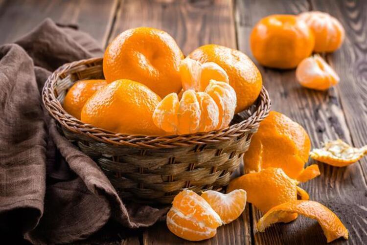Birçok kişi bu lezzetli meyvenin kabuklarının gizli özelliklerinden habersizdir. Keyifle yediğiniz o güzel mandalinaların kabuklarını saklayın. İçerdiği tıbbi faydaları görmezden gelmeyin ve mandalina kabuklarını sakın atmayın İşte mandalina kabuğunun mucizevi faydaları…