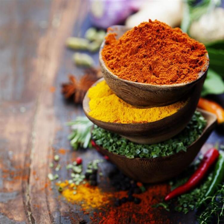 Aromaları ile yemeklere lezzet katan baharatların sağlık için de sayısız faydası bulunuyor.Özellikle kronik hastalıkları olanların baharatları daha dikkatli kullanması gerektiğini söyleyen Beslenme ve Diyet Uzmanı Ulaş Özdemir, zencefil, tarçın, biber, karanfil gibi günlük hayatın içindeki baharatların kullanımı ile ilgili önemli bilgiler paylaştı.İşte sağlık kalkanı olan lezzetli baharatlar...