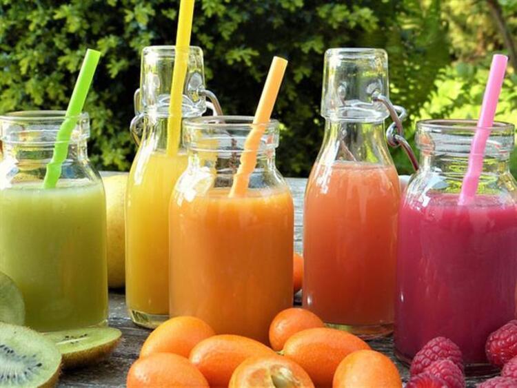 Metabolizmanın yavaş çalışması, belli bölgelerde yağ birikimine sebep olurken kilo vermeyi zorlaştırıyor. Ama beslenme ve egzersizle vücudu yağlardan arındırmak mümkün. İşte evde beş dakikada hazırlayıp fit bir görünüme kavuşacağınız 7 içecek tarifi...
