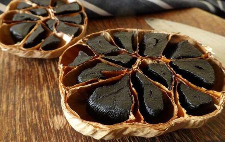 Siyah sarımsak içerisinde birçok vitamin ve mineral madde içerir. Siyah sarımsak yağı 17 tür amino asit içermesinin yanında, B vitamini de ihtiva eder. Kalsiyum, magnezyum, potasyum, fosfor, demir, çinko ve manganez gibi mineral maddeler de bulundurur. HASTALIKLARA KARŞI KORUYOR