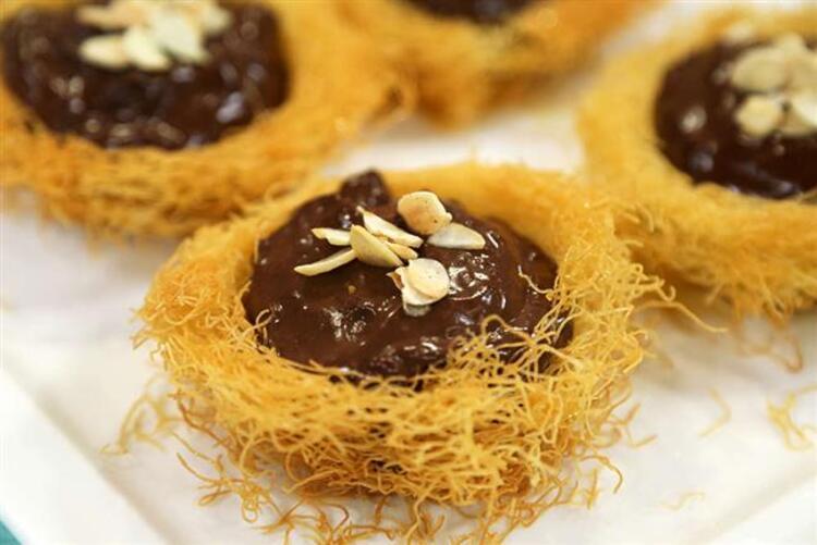 Kadayıfa doyamayanlar için özel bir tarif: Çikolata Muhallebili Kadayıf ÇanaklarıMalzemeler: