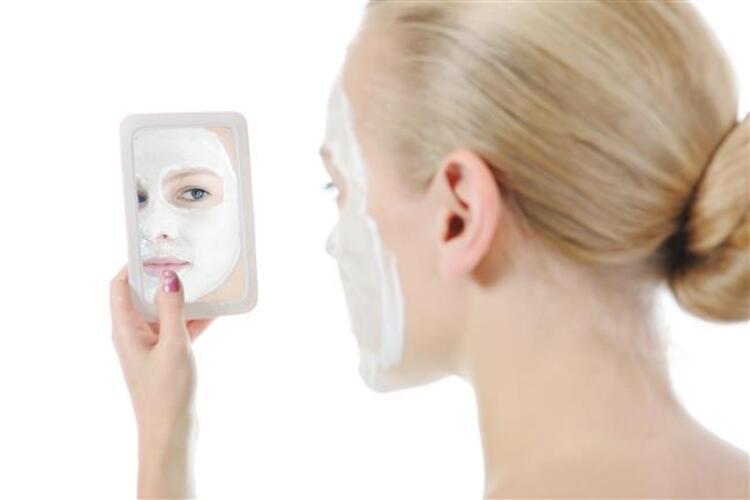 Doğal yollar ile yapacağınız maskelerle cilt deliklerinden kurtulmak mümkün Üstelik daha güzel ve canlı görünmesi de cabası. İşte cilt delikleri için en etkili 9 doğal maske...