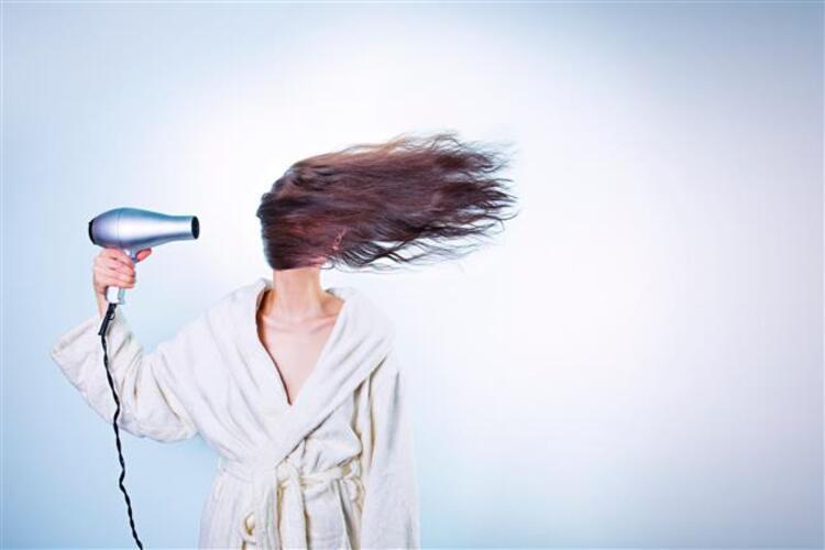 Duştan çıktıktan sonra elimize ilk aldığımız şey şüphesiz saç kurutma makinesi. Fakat doğru kullanmadığımızda saç kurutma makinesi bir anda düşmanımız olabiliyor. İşte saç kuruturken yaptığımız 5 hata…