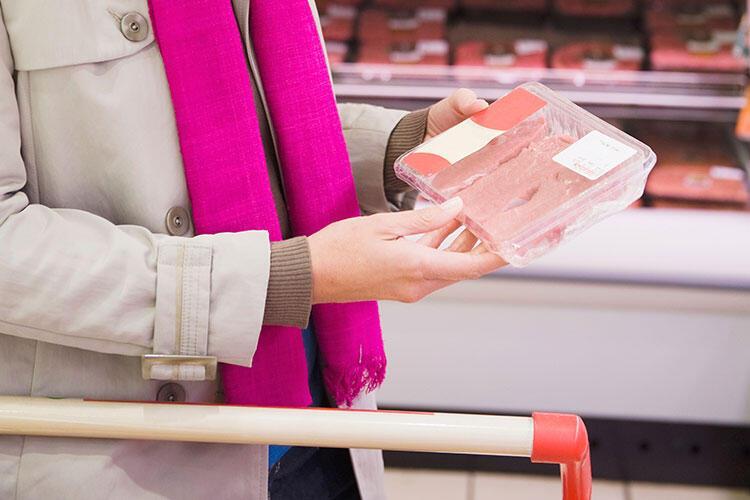 Marketten aldığınız paketli etleri doğrudan sepete atıyorsunuz.