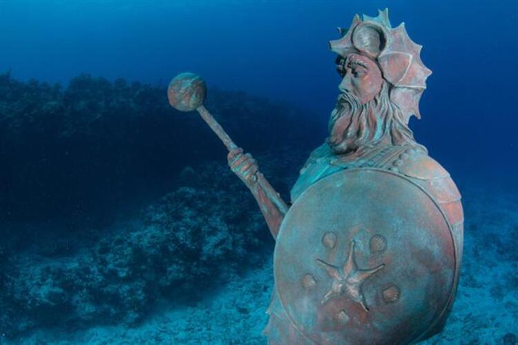 """Muhafıza dikkat edin: Grand Cayman'deki """"Resifin Muhafızı"""" heykeli"""
