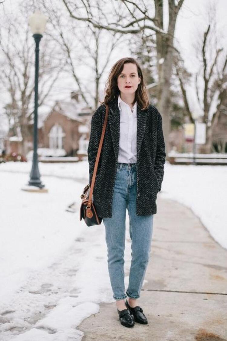 Moda ve trendler zamanın akış hızıyla gardıroplarımıza dalıyor. Öne çıkanlar listesi her sezon yenileniyor. Şimdi artık tüm dar pantolonlarınızı karanlığa gömmenin, bol ve salaş denimlere şans vermenin devri resmen başlamıştır Her zaman her şey moda olmuyor. Her şeyin bir dönem süksesi ve albenisi artıyor, bir zaman sonra tüm o alacası sönüveriyor. Mahmure.com Bloggerı İrem Şen