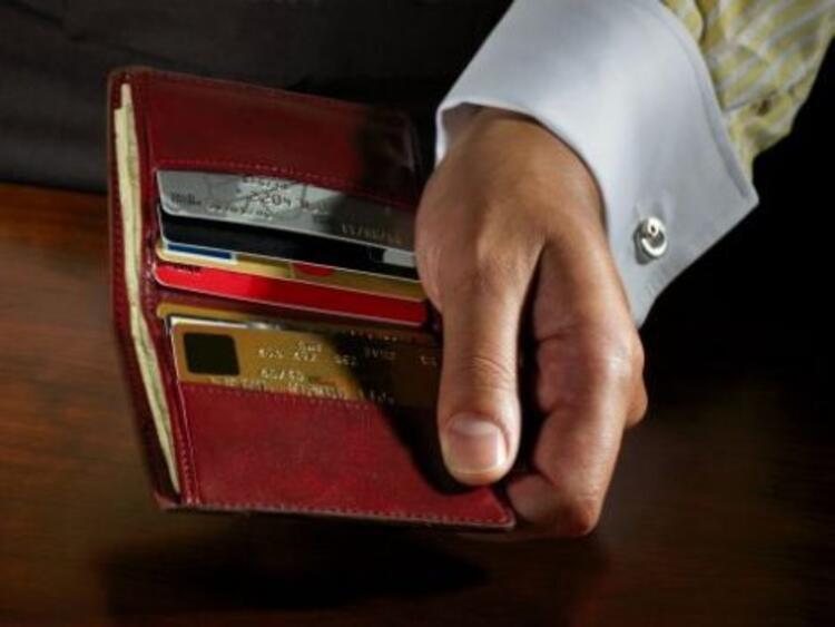 Cep telefonu ve faturasıAldatan erkekler genelde bununla yakalanırlar. Aramalar ve yolladığı mesajlar kiminle konuştuğunu gösterir. Faturasındaki numaralara bakarak sizinle olmadığı zamanlarda kimlerle konuştuğunu görebilirsiniz.CüzdanıBir sürü kredi kartı varsa, çok harcama yapıyor demektir. Sadece bir ya da iki kredi kartı varsa, sorumluluk sahibi bir kişi olduğunu anlayabilirsiniz. Gold veya platin kartı varsa, bu size geliriyle ilgili bir fikir verebilir.Anasayfaya dönmek için tıklayın