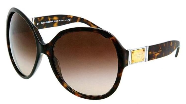 Güneş gözlüğü, hazır yaza girerken anneniz için kullanışlı bir hediye olacaktır...Dolce & Gabbana (461 TL)