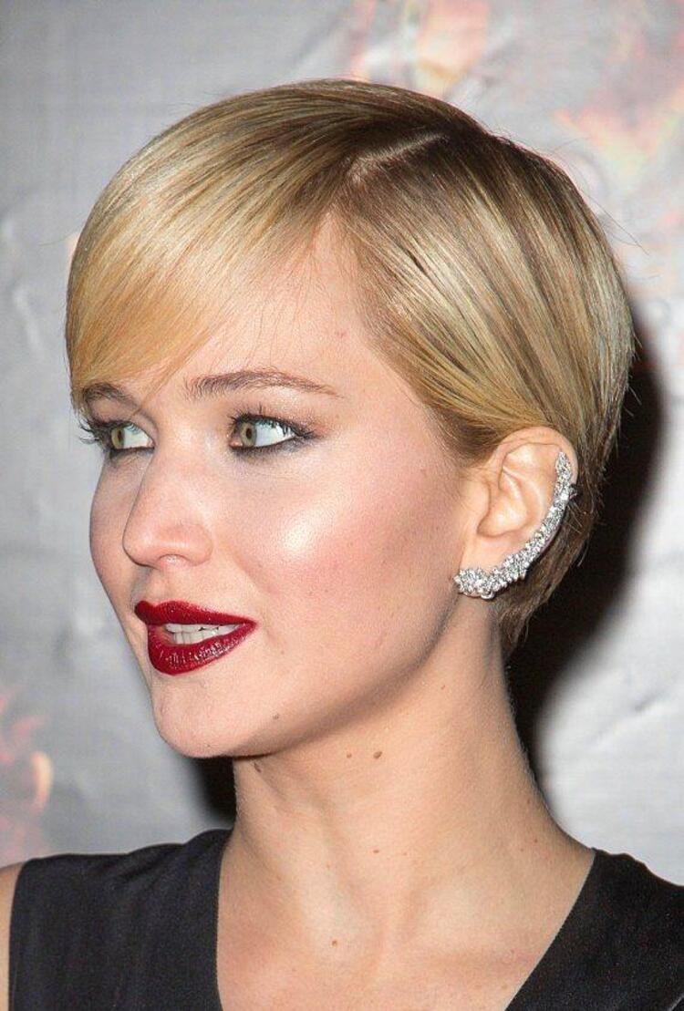 Yeni trend: Ear Cuff Yani büyük, gösterişli ve ilginç küpeler... Çoğunlukla kulak memesinden başlayıp kulağın sonunda, ya da ortalarında bitiyor. Bu ilginç küpeleri ünlüler oldukça sık kullanıyor. Biz de sizin için ünlülerden en güzel Ear Cuff modellerini seçtik...Jennifer Lawrance