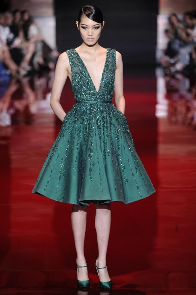 Paris Moda Haftasının en ışıltılı defilesi kuşkusuz Elie Saab Koleksiyona her zamanki gibi dantel ve taşlarla işlenmiş mükemmel elbiseler hakim. Ünlü modacı bu sene zümrüt yeşili, kırmızı ve mavi tonlarını ağırlıklı olarak kullanmış. Finalde yer alan kristallerin tek tek işlendiği gelinlik ise görülmeye değer. İşte nefes kesen defilenin ışıltılı elbisleri...Moda Kanalları Editörü: Duygu ÇELİKKOL