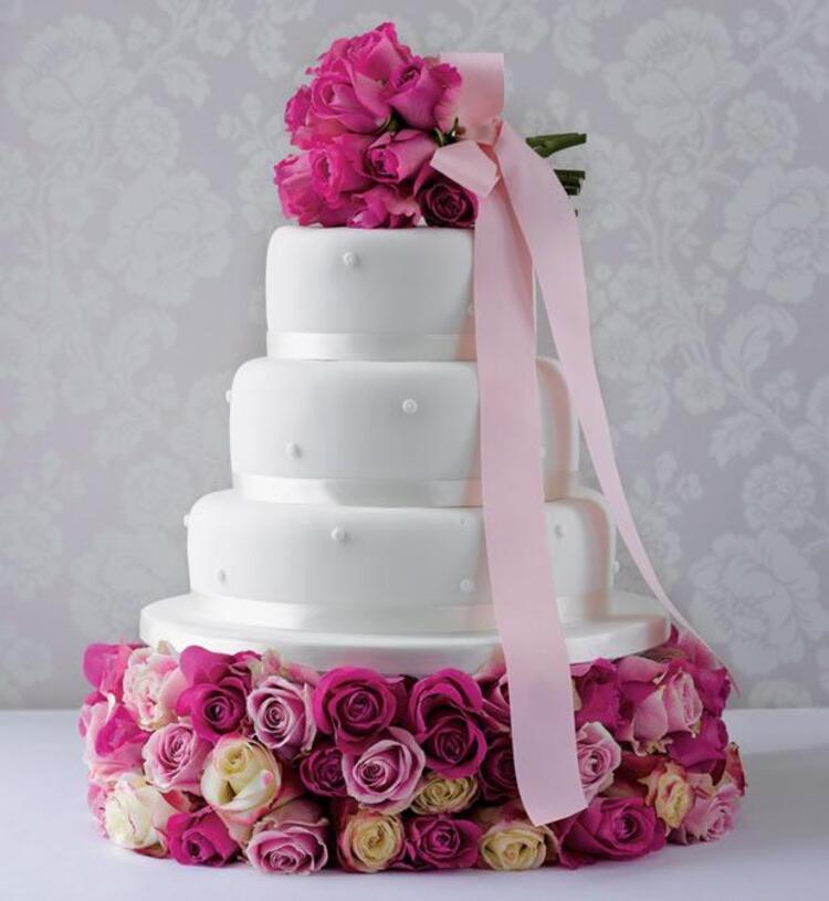 Düğün pastası seçmek en az gelinlik seçmek kadar zordur. Küçük bir detay olsa da aslında sizin tarzınızı ortaya çıkarır. Klasik düğünlerden hoşlanmıyorsanız ve farklı bir tarzınız varsa bu tasarım harikası pastalar tam size göre. Pastanıza hala karar vermediyseniz galerimize mutlaka göz atınMahmure.com Editörü: Duygu ÇELİKKOL