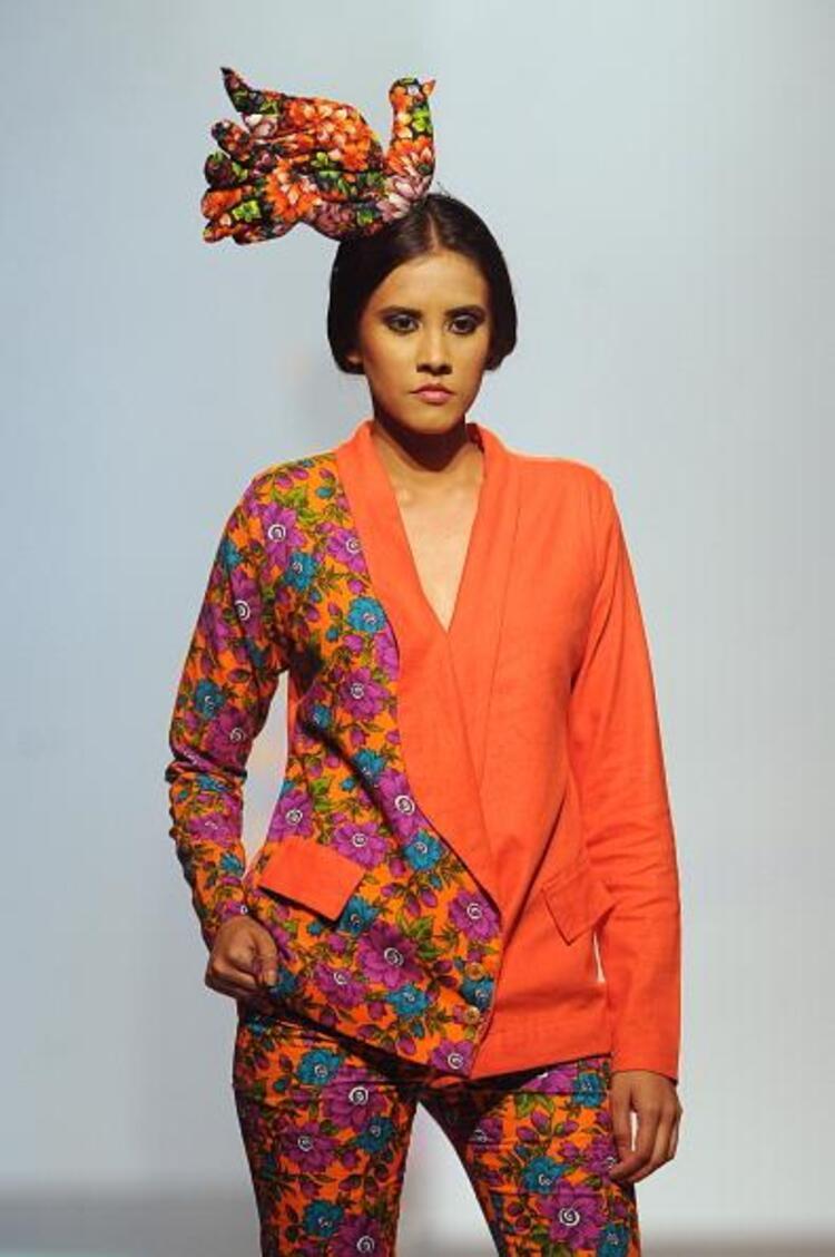 Sri Lanka, Hindistan, Pakistan ve Filistinli Moda Tasarımcılarının marjinal kıyafet ve mayolarının tanıtıldığı Colombo Moda Haftasında birbirinden şık Hint stili objektiflere yansıdı...Moda Kanalları Editörü: Burcunur Yılmaz