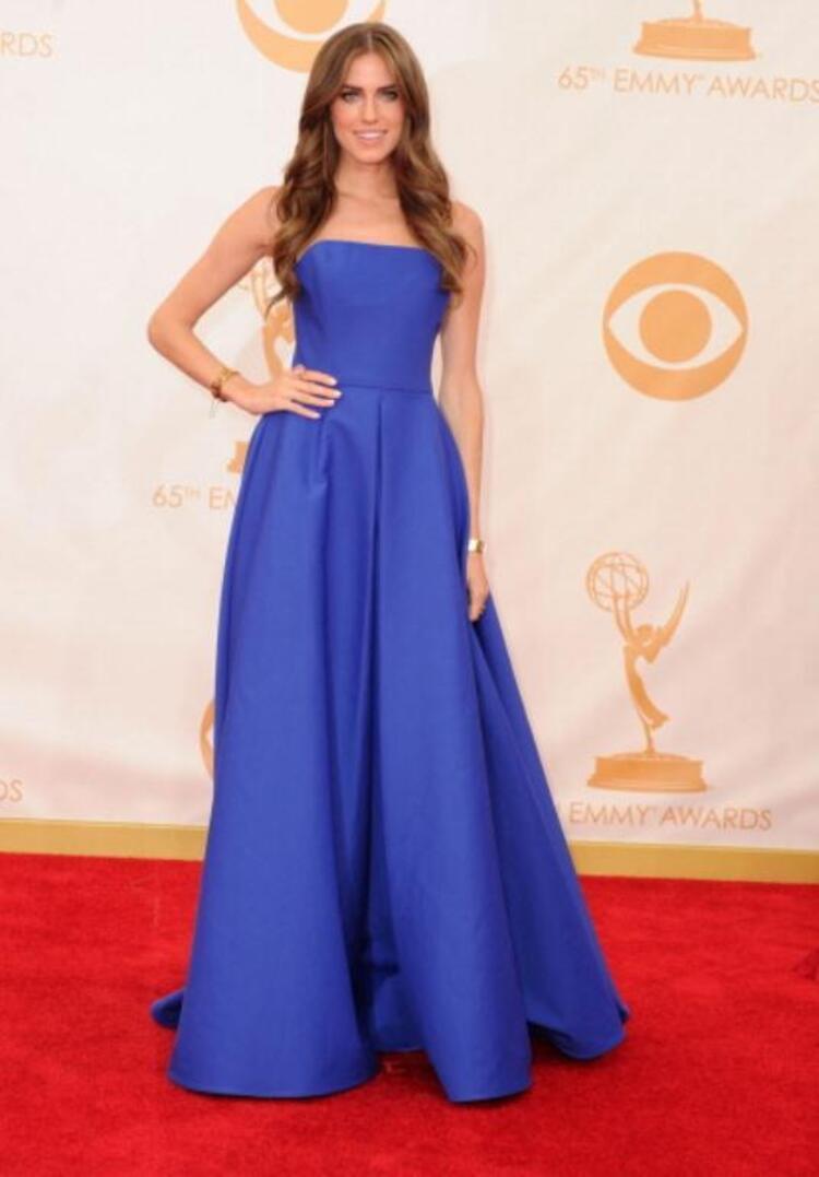 Amerikan TV ödüllerinin dağıtıldığı 65. Emmy Ödül Törenine davetlilerin birbirinden şık kıyafetleri damga vurdu. Objektiflere poz veren TV yıldızları, özenle hazırlandıkları gecede göz doldurdu. İşte Emmynin en şık oyuncularıOyuncu Allison WilliamsKadın Kanalları Editörü: Burcunur YILMAZ