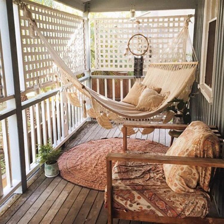 Yaz kapıda. Bunaltıcı sıcaklardan kaçışın en güzel yolu; balkonlar... Balkonlarınıza biraz çekidüzen vererek; ferah ve keyifli sohbetler için ideal bir ortam oluşturabilirsiniz. Tek yapmanız gereken biraz zaman ayırmak; tasarım gücüyle dar mekanları çok sevimli ve tarz mekanlara dönüştürmekVee işte size ilham verecek balkon modelleri