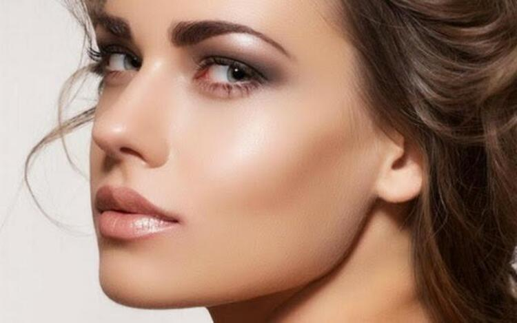Yağlanmaya çok müsait olan T bölgesinin parlamasını önlemek için, alnınız ve burnunuza makyaj bazı uygulayın.