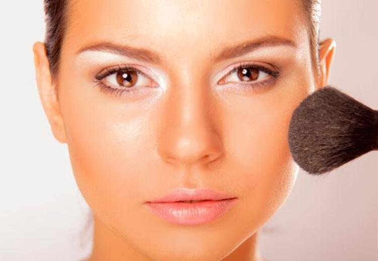 Yağlı bir cilde sahipseniz ve kapatıcınızın göz altlarınızda toplanmasından da şikayetçiyseniz transparan pudra imdadınıza yetişecektir.