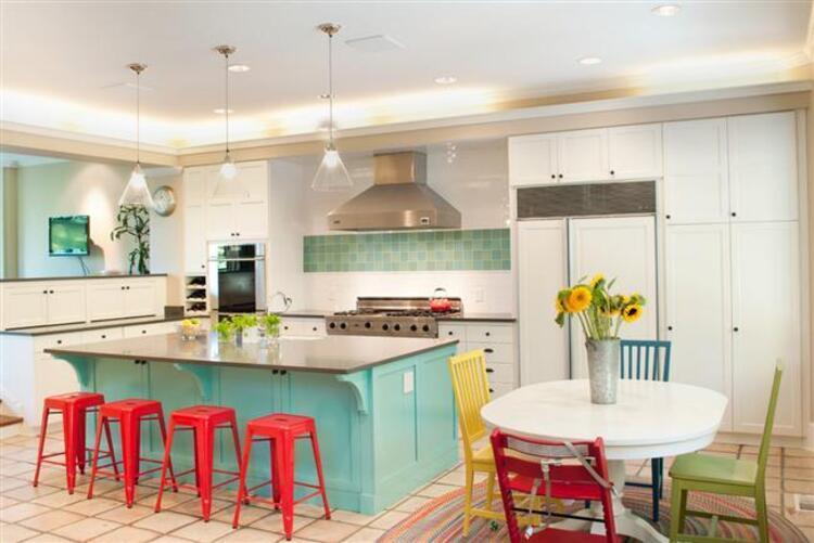 Mutfağınızı yenilemek gibi bir niyetiniz varsa ve tercihiniz son trendlerden yanaysa önerilerimiz tam size göre... Modern bir mutfağa sahip olmak istiyorsanız, öncelikle bir renk seçerek işe başlayabilirsiniz. Yılın en trend neon renleriyle capcanlı ve son derece enerjik bir mutfak yaratabilirsiniz.İşte sezonun en trend renkli mutfak dekorasyonları...